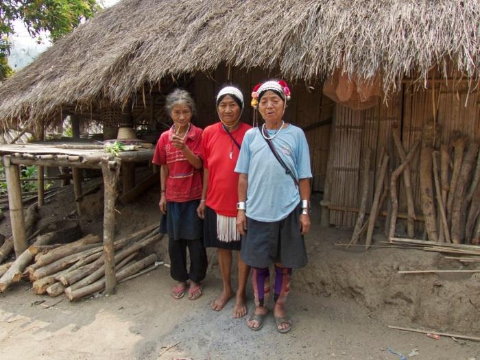 3 Ahka women in the village